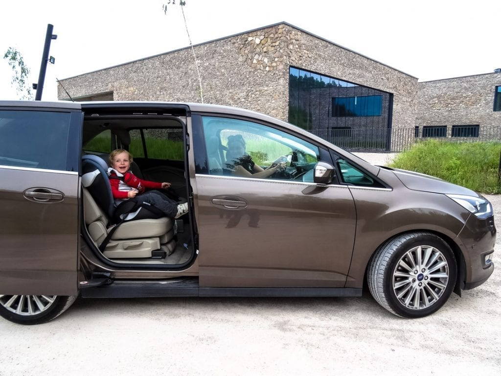 Dzięki przesuwanym drzwiom w Fordzie Grand C-MAX jest łatwiej dziecku wspiąć się na fotelik.