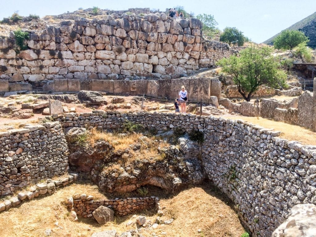 Okręgi grobowe A, wewnątrz murów miasta.