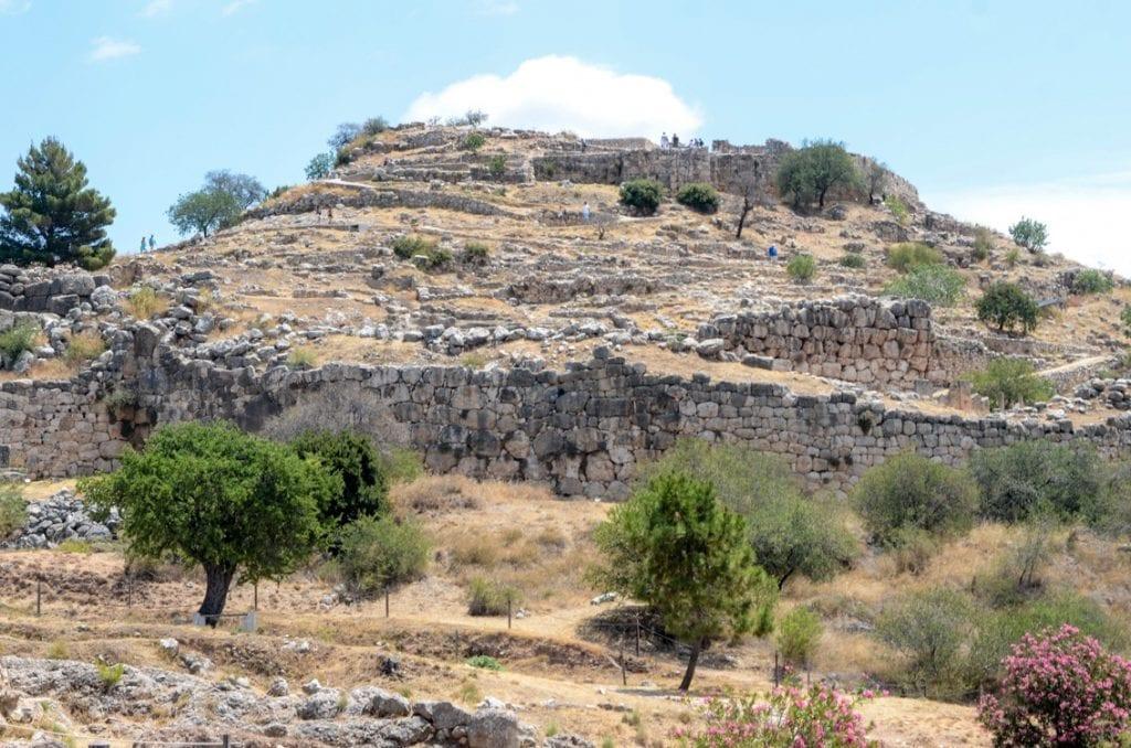 Wzgórze Myken z ruinami cytadeli.