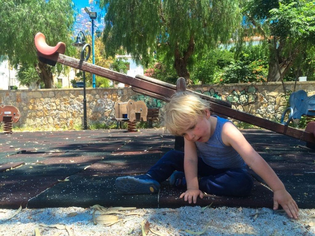 Zabawa na placu w porcie w Poros.