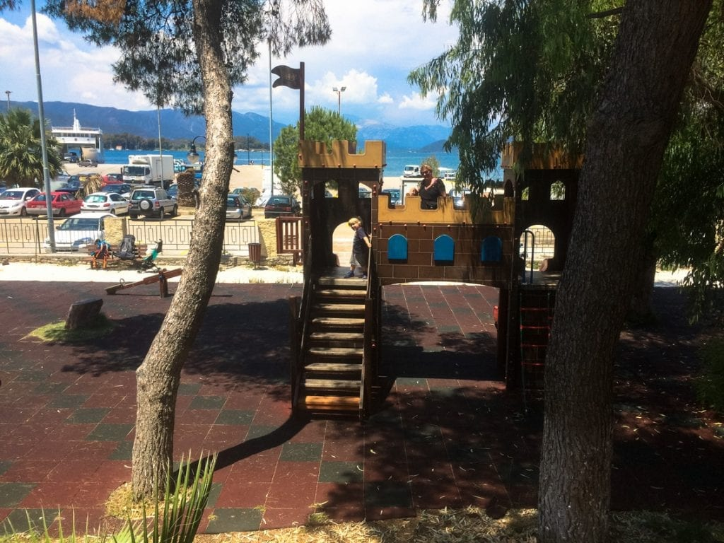 Plac zabaw, dwa kroki od portu w Poros.