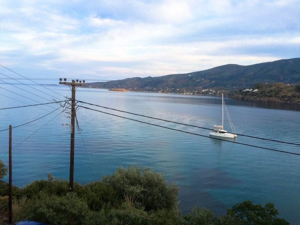 Widok z hotelu Askeli View. Na morze (według Sergiusza) na druty (według Magdy).