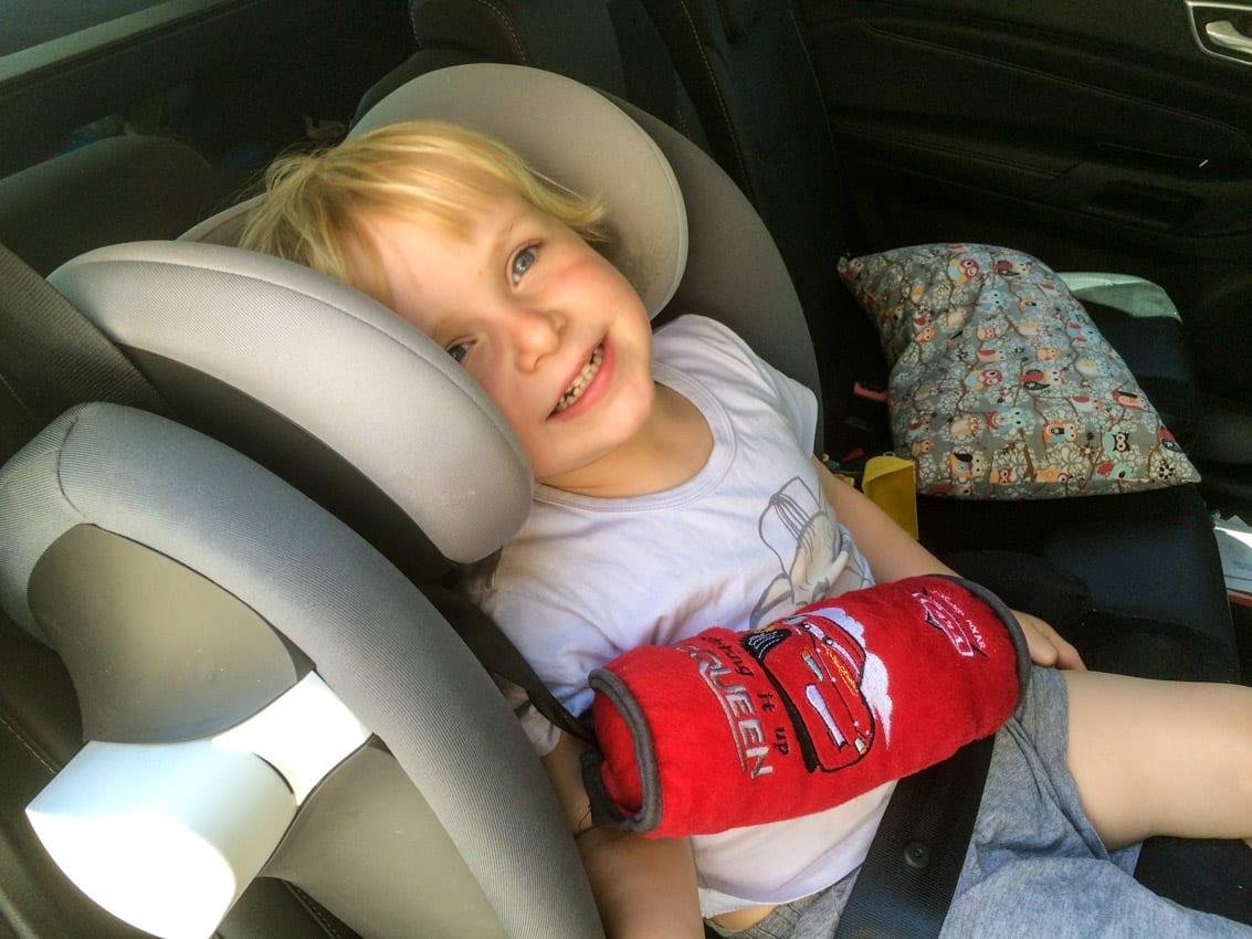 Synek zasypia na wygodnej tylnej kanapie Forda Tourneo.