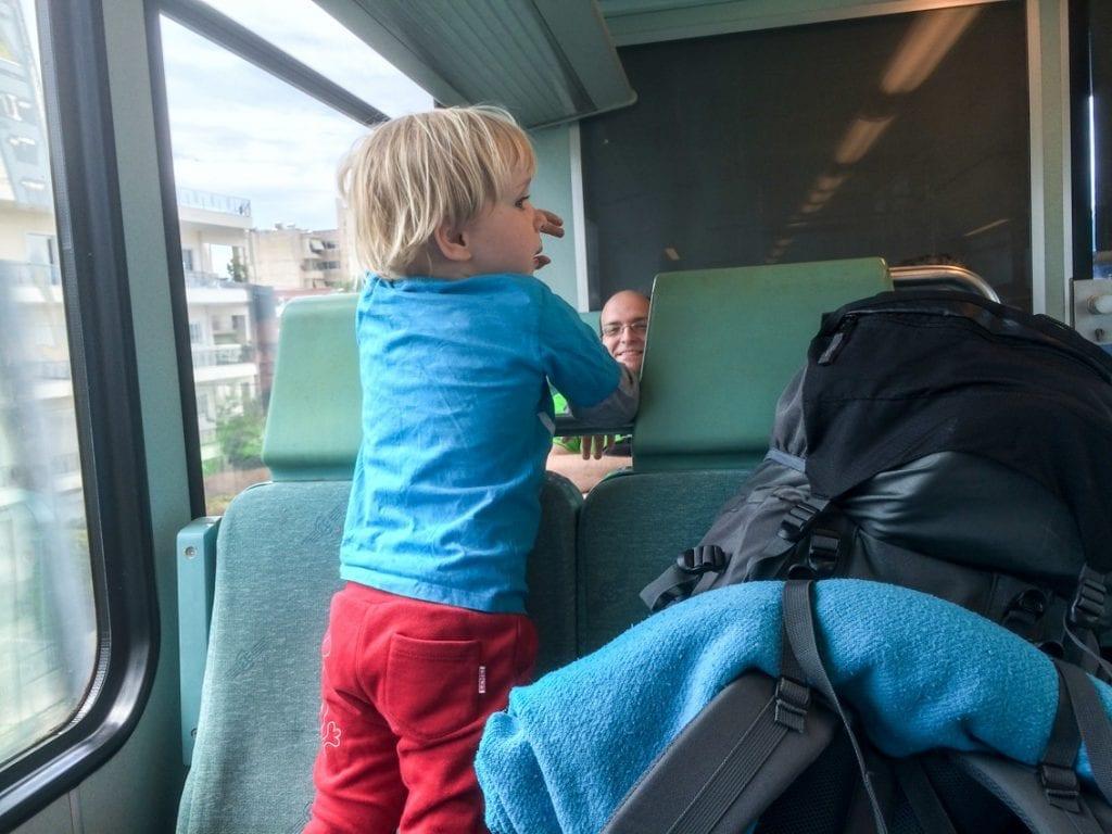 Chruczek w pociągu szybko się zaprzyjaźnił
