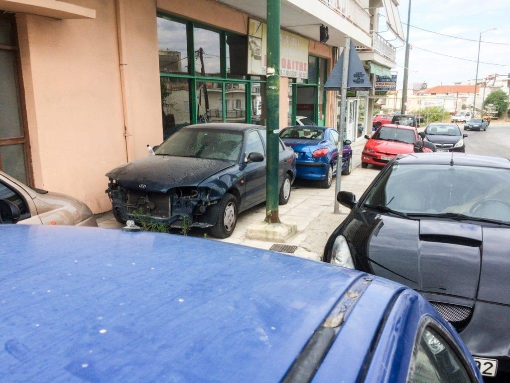 Chodnik w Koryncie służy samochodom.
