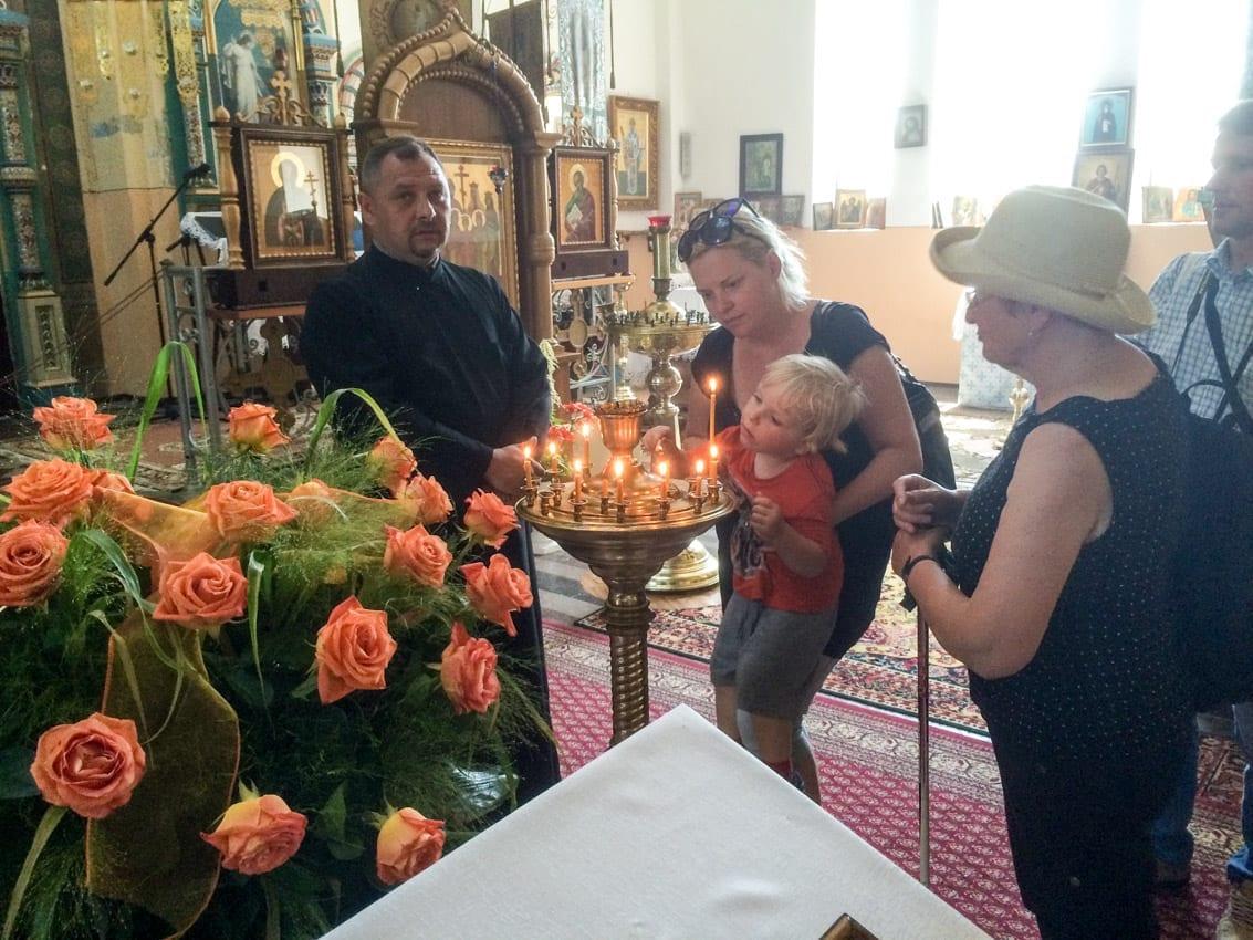 Zapalamy świeczkę w cerkwi w Białowieży.