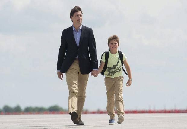 Justin Trudeau z dziewięcioletnim Xavierem na lotnisku w Warszawie.
