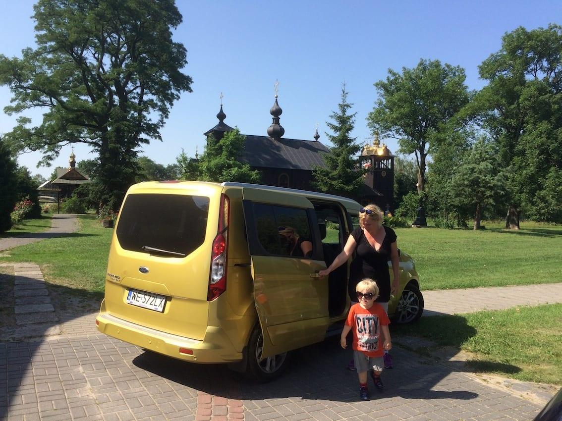 Przy cerkwi neounickiej w Kostomłotach. Nasze auto pięknie komponuje się ze złotem kopuł.