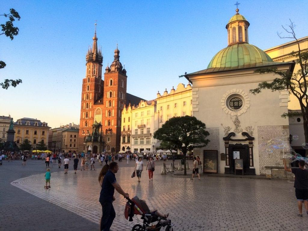 Nie gotycka Bazylika Mariacka, a romański kościółek świętego Wojciecha jest najstarszą świątynią na Rynku.