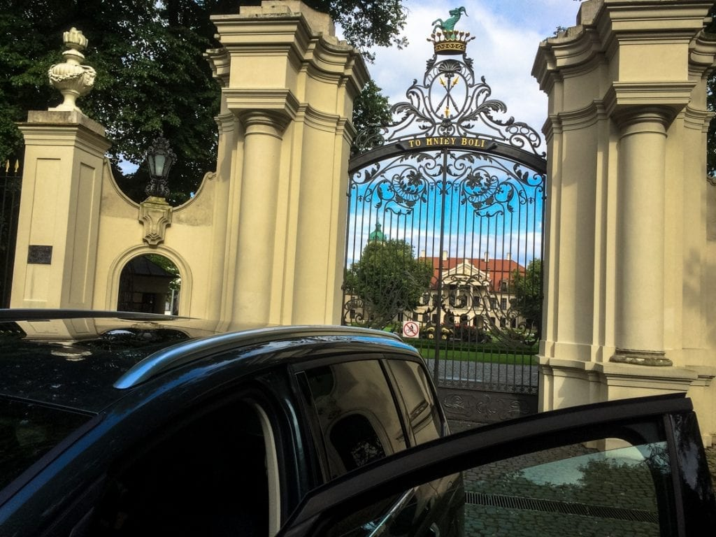 Wjazd do pałacu w Kozłówce.