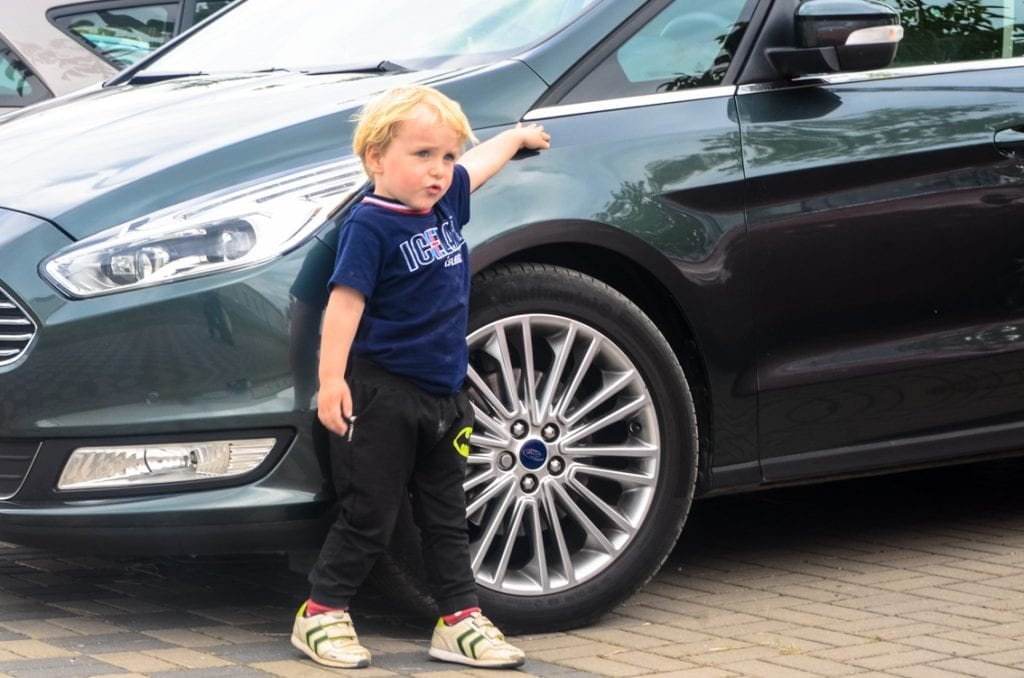 """Chcę kierować! Chruczek przy """"swoim"""" Fordzie Galaxy."""