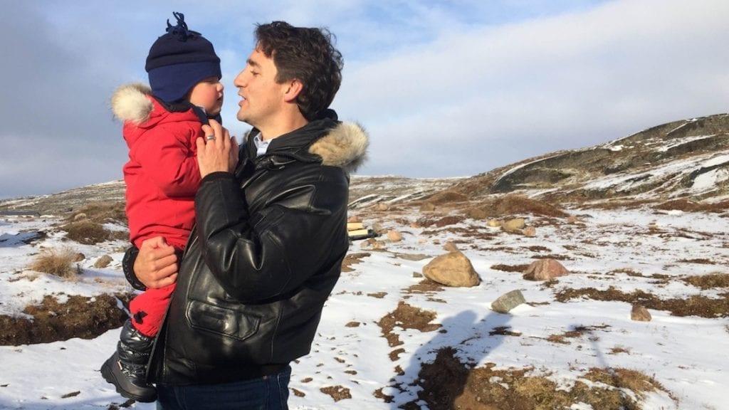 Wspólne chwile Justina Trudeau z małym Hadrianem.
