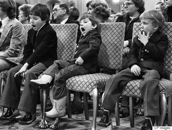 Zaprzysiężenie Pierre'a Trudeau jako kanadyjskiego premiera w marcu 1980 roku. Drugi od lewej ziewa Justin –przyszły kanadyjski premier.