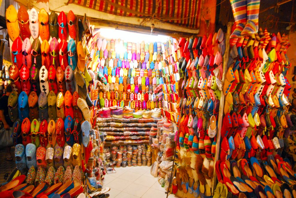 Sklep z butami (kapciami?) w Marrakeszu.