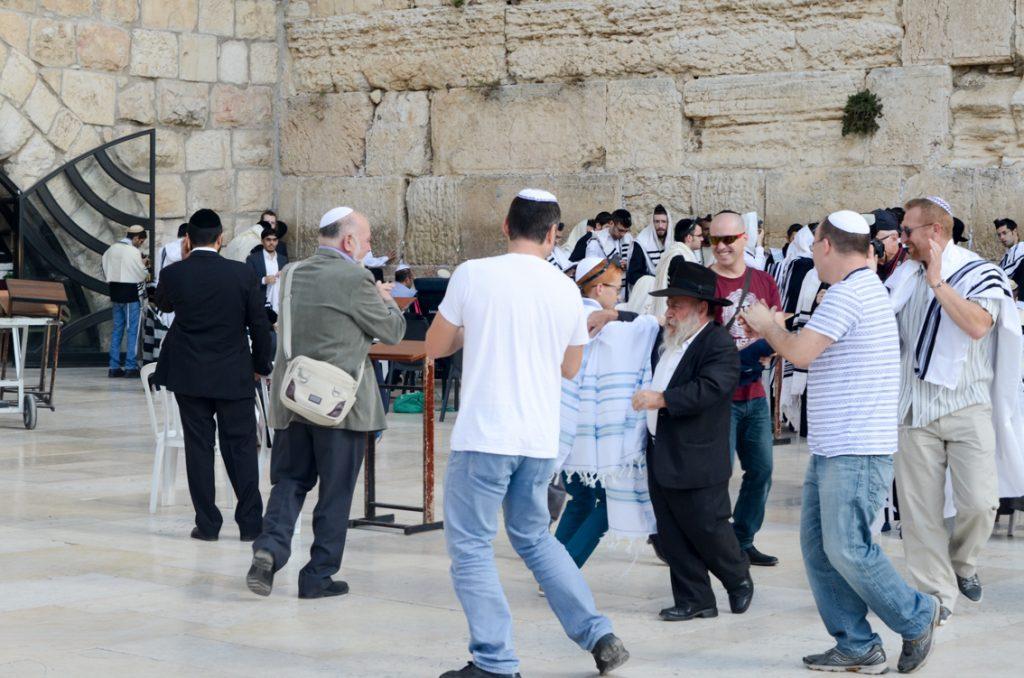 Tradycyjny taniec z okazji Bar Micwy pod Ścianą Płaczu w Jerozolimie.