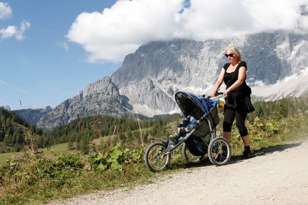 Spacer z dzieckiem po alpejskich perciach.