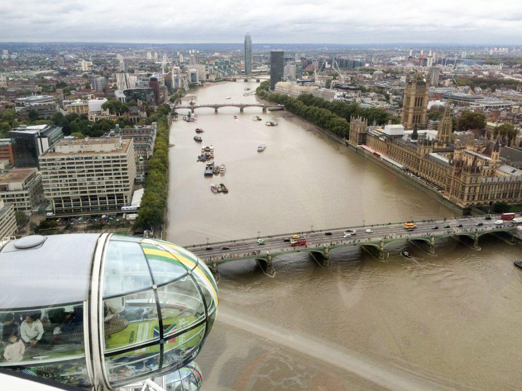 London Eye. Tu można spojrzeć na miasto z lotu ptaka.