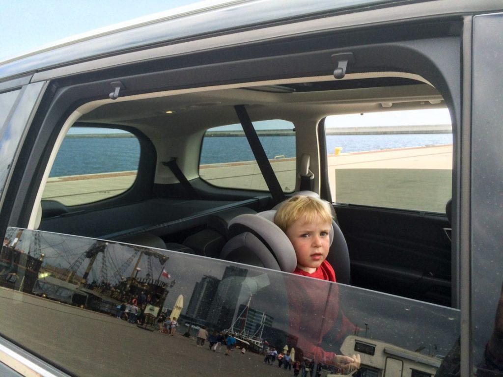 Mały podróżnik w swoim pojeździe
