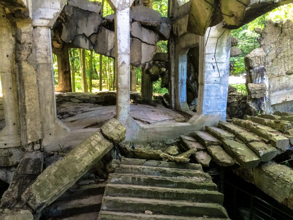 Ruiny polskich koszar na Westerplatte.