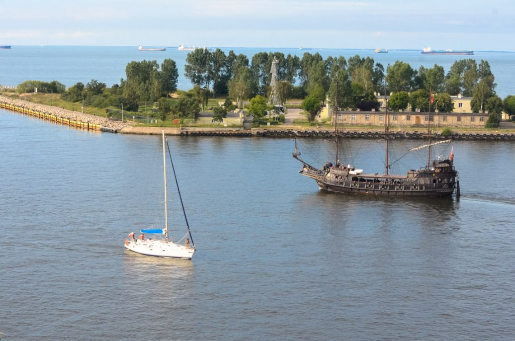 Sielankowy widok na ujście Wisły i cypel Westerplatte z latarni morskiej