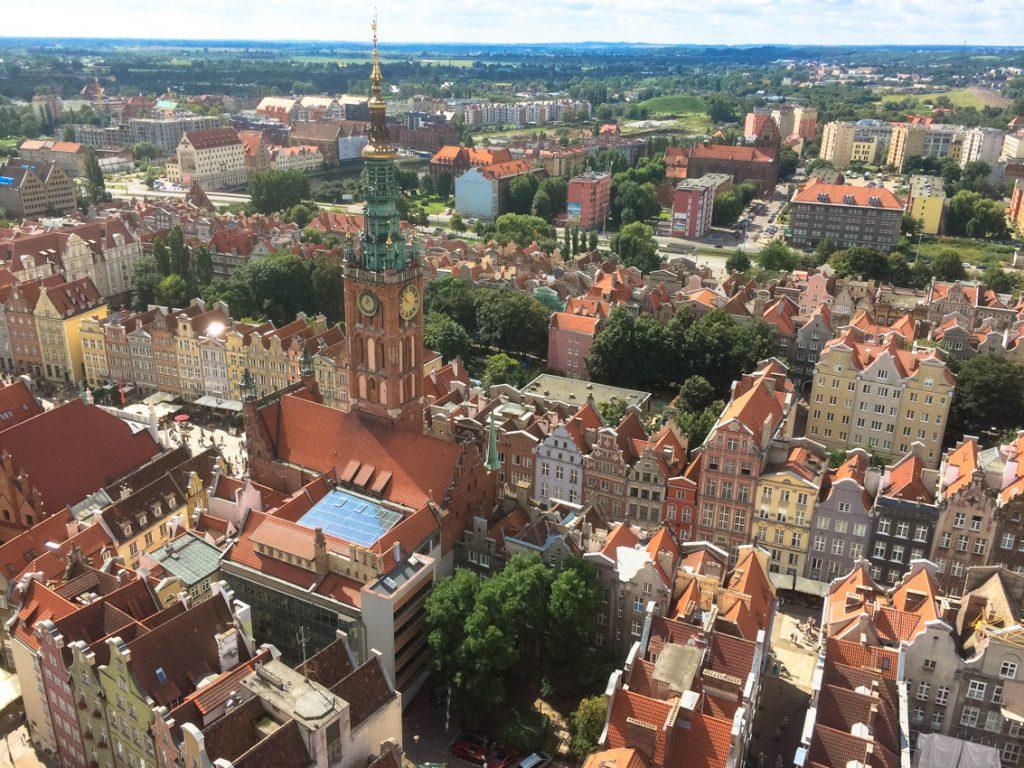 Widok z wieży Bazyliki Mariackiej na Ratusz Głównomiejski i ulicę Długą