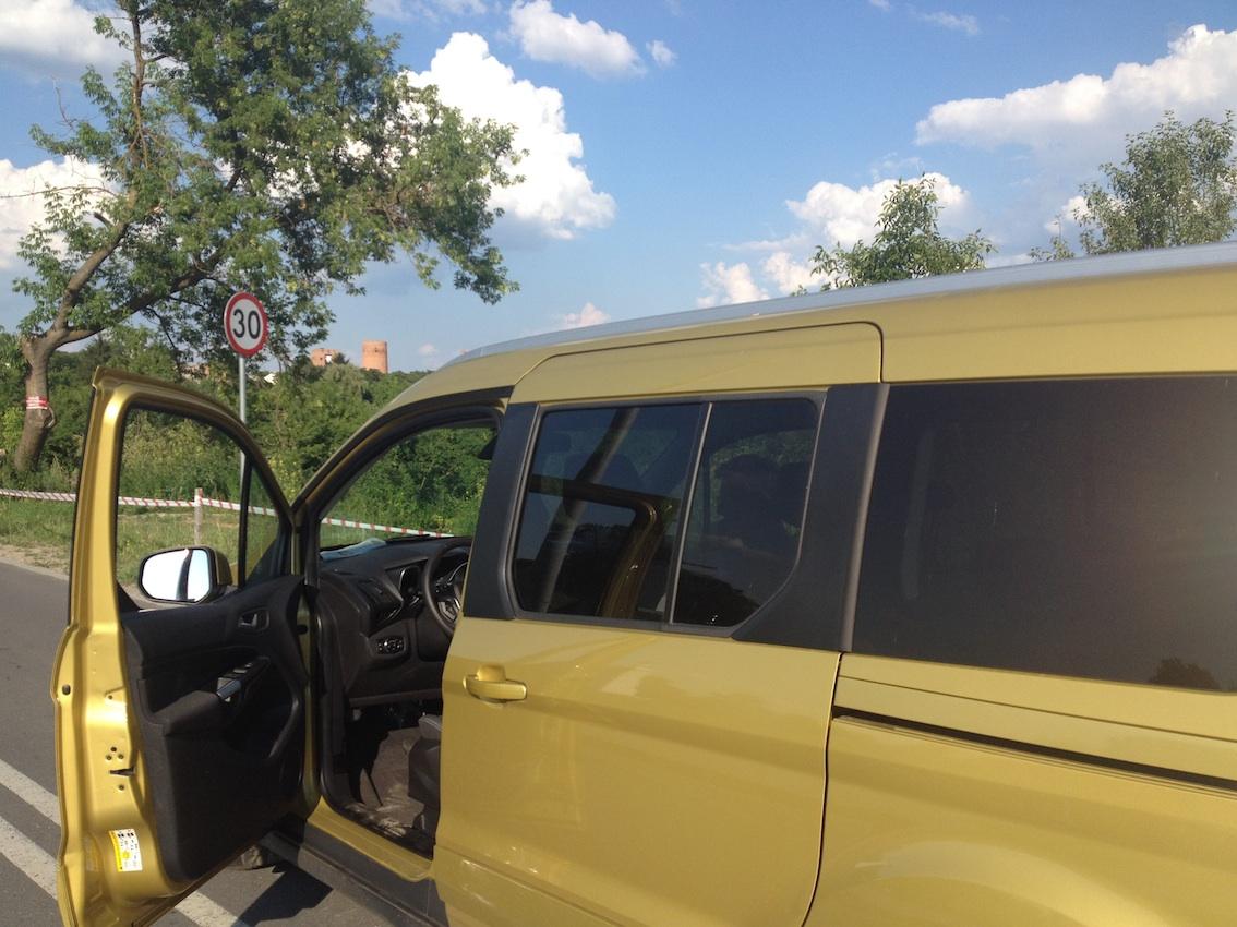 Podjeżdżamy naszym Fordem Tourneo pod zamek w Czersku.