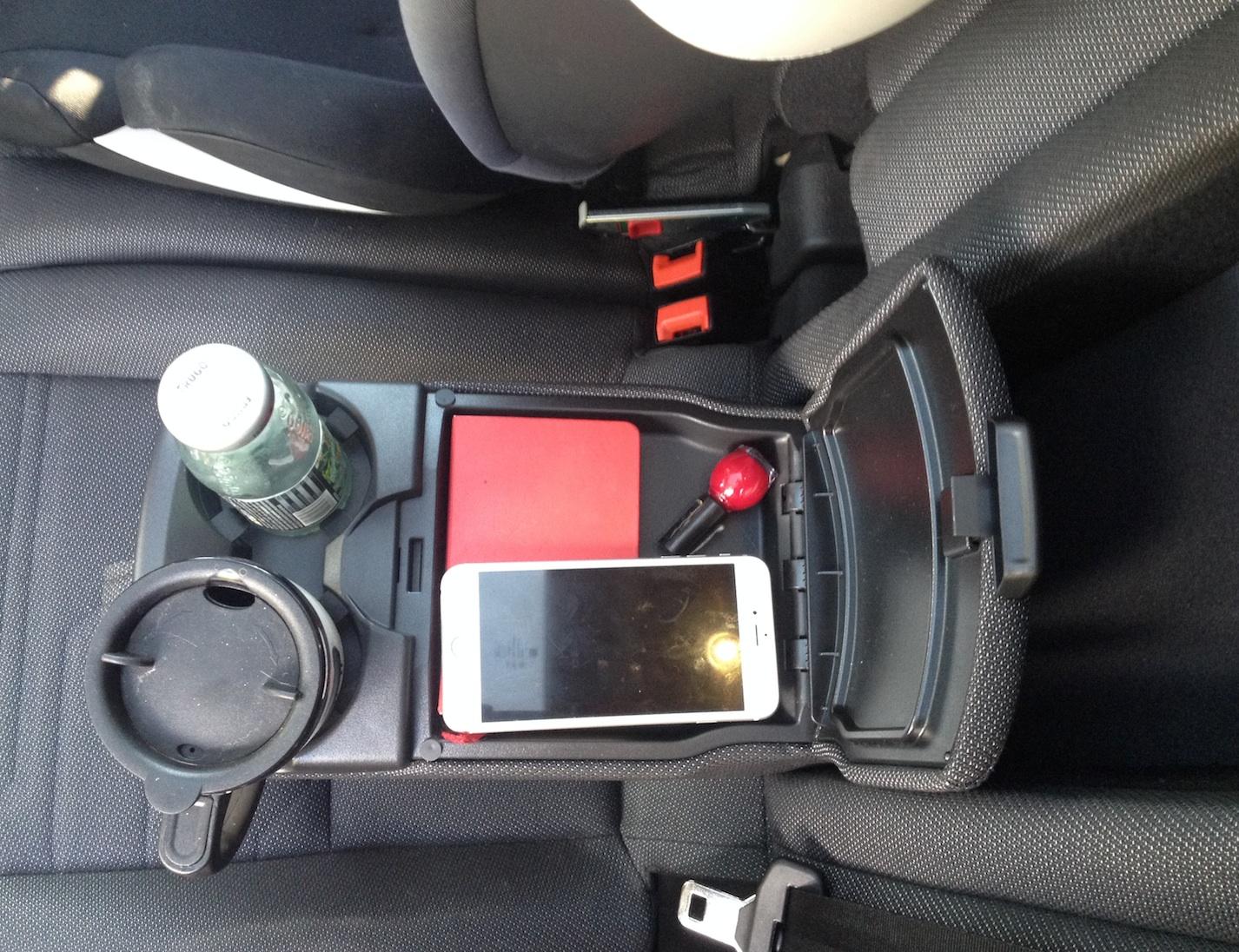 W podłokietniku na tyklnej kanapie Forda Tourneo znajduje się sporych rozmiarów schowek. Są tu i podstawki na napoje i miejsce na przydatne drobiazgi.