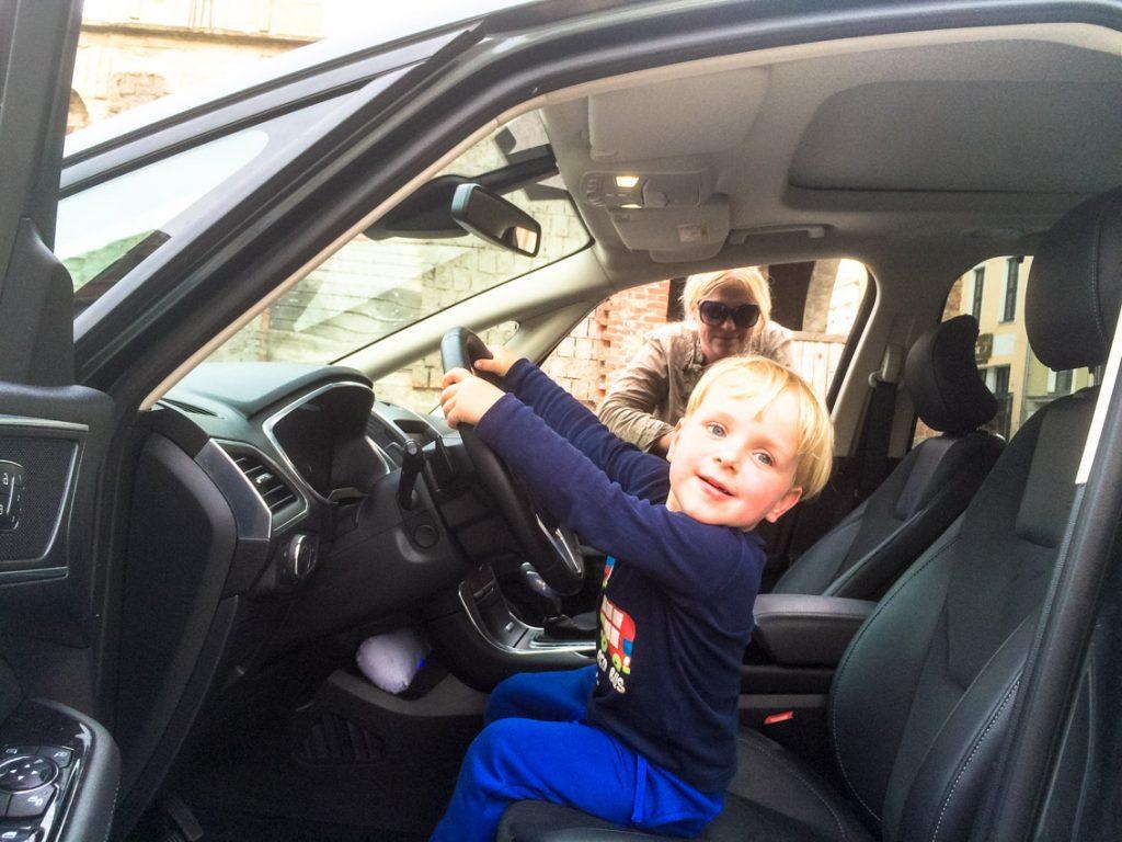 Co Tatuś robi w samochodzie?