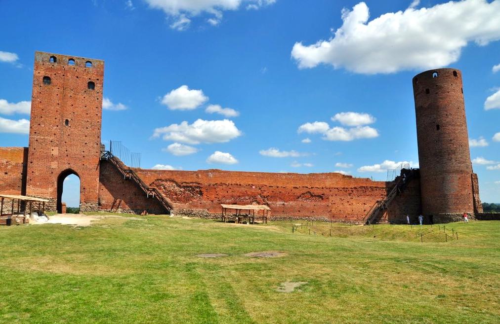 Dziedziniec zamku w Czersku.