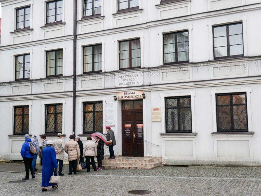 Tłumy przed dawnym domem zakonnym św. Siostry Faustyny.