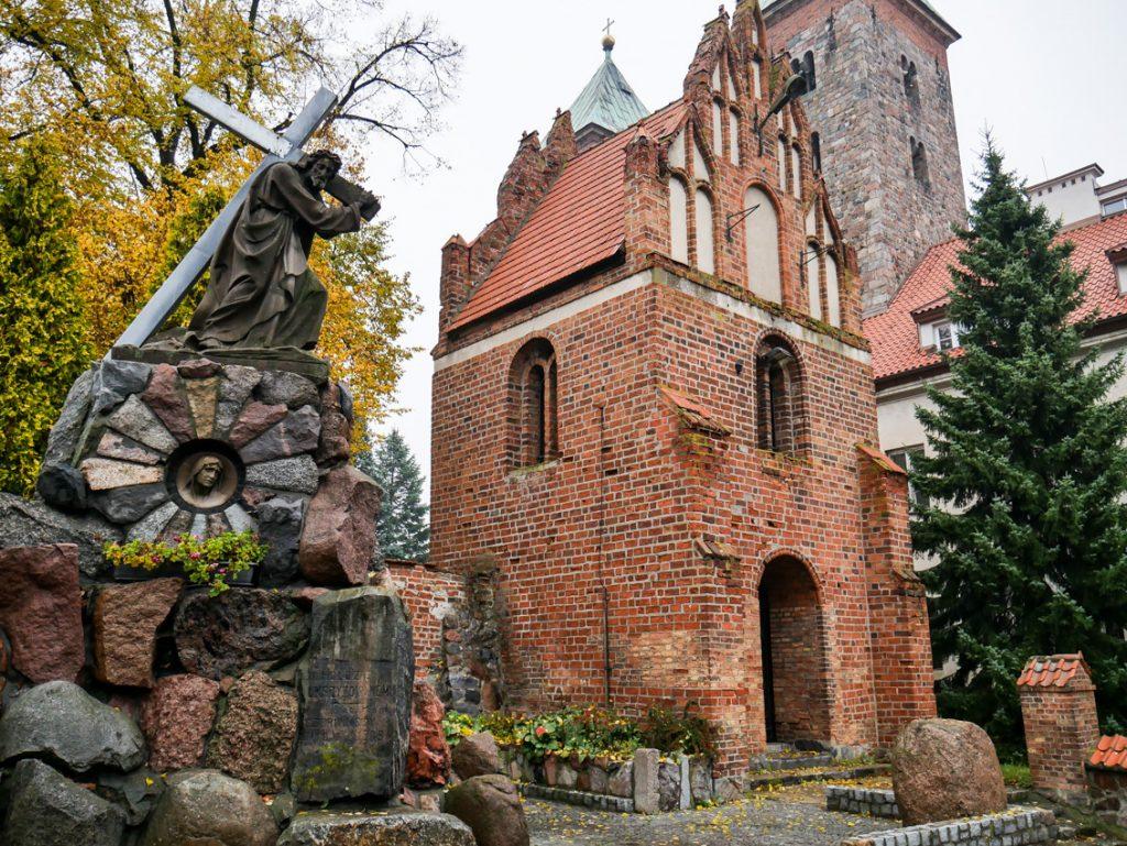Potężny kompleks klasztorny w Czerwińsku był świadkiem wielu historycznych wydarzeń.
