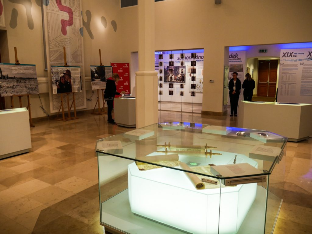 Pustawe wnętrza małej synagogi z ciekawą, multimedialną ekspozycją.