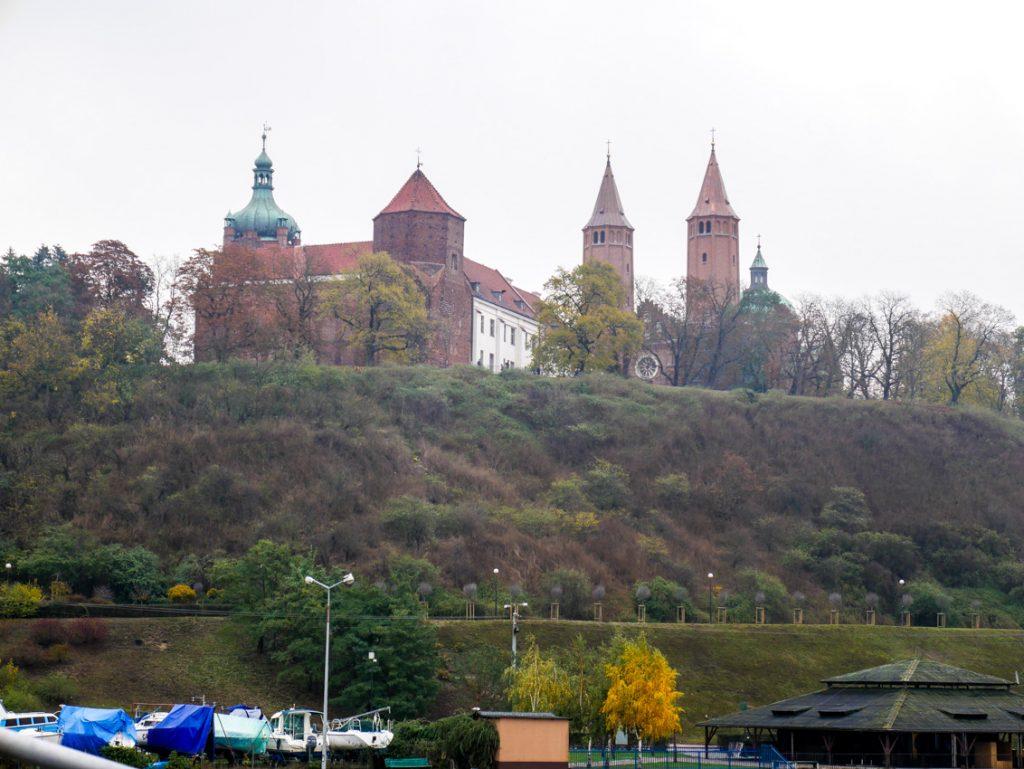 Piastowski zamek Książąt Mazowieckich i romańska katedra.