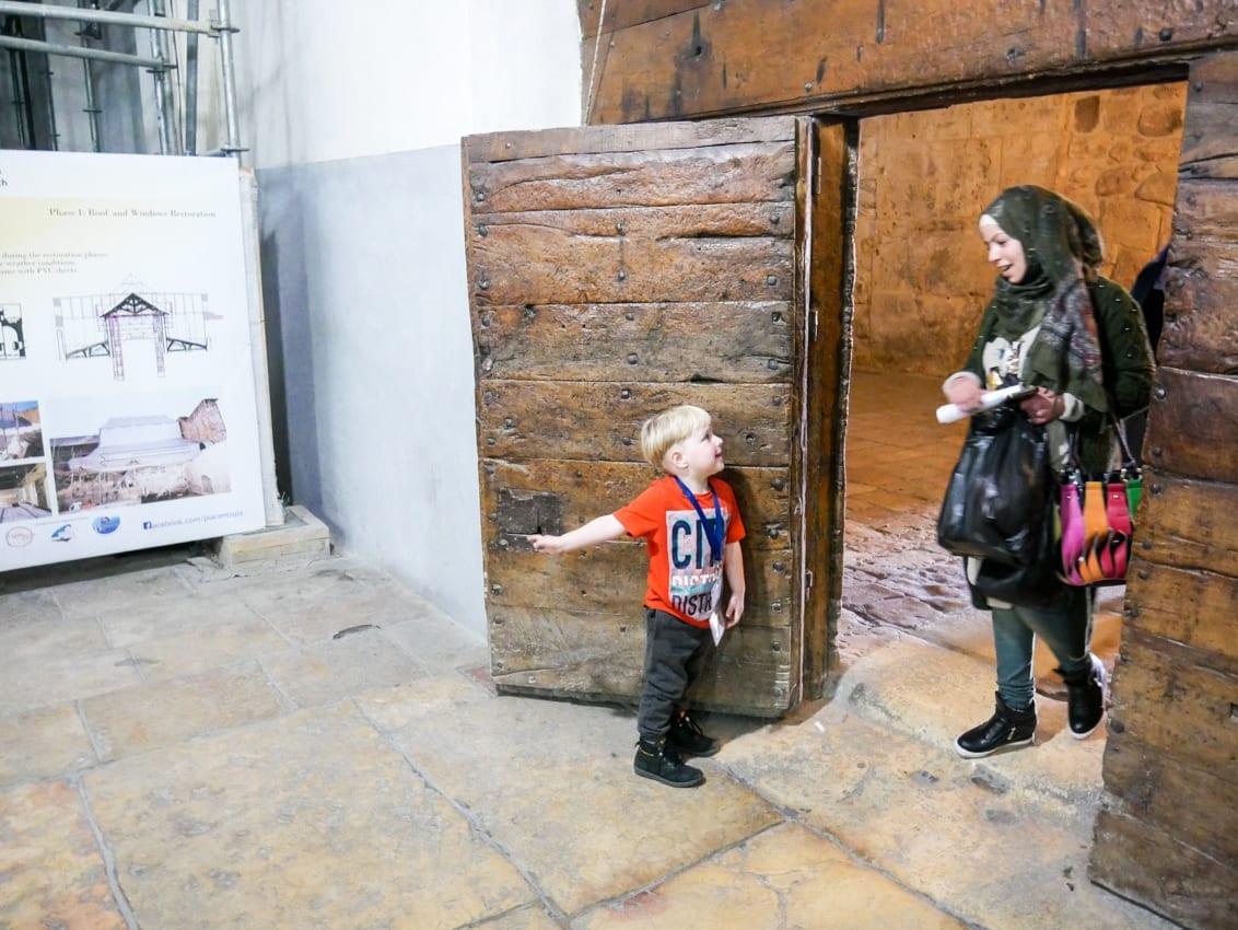 Wili otwiera drzwi do Bazyliki Narodzenia w Betlejem. Tu nikt nie zadaje pytań, czy Izrael jest bezpieczny. Jesteśmy w Autonomii Palestyńskiej