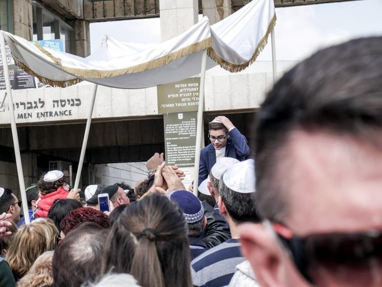 Żydowskie święto Bar-Micwa przed ścianą płaczu. Tu odpowiedź czy Izrael jest bezpieczny jest kwestią życia.