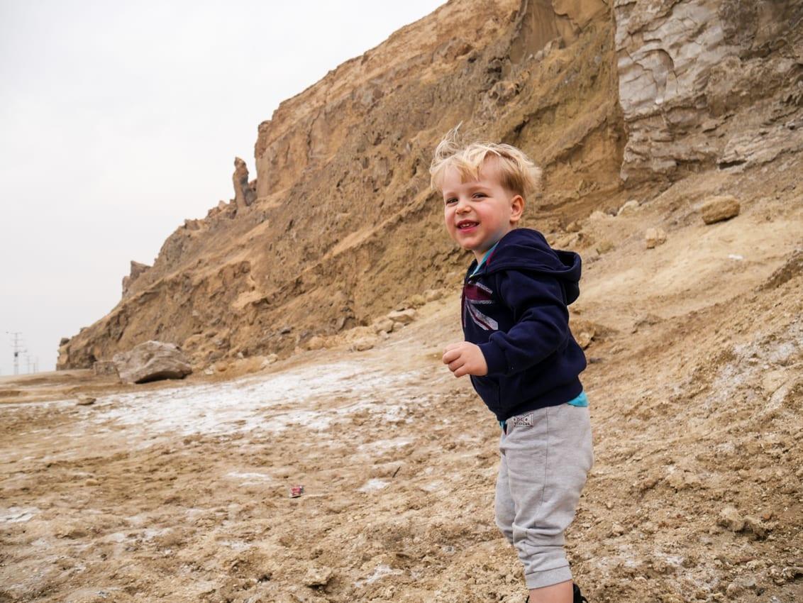 Na pustyni Judzkiej hula wiatr, krusząc wysuszone skały. Czy Izrael jest bezpieczny w takim miejscu?