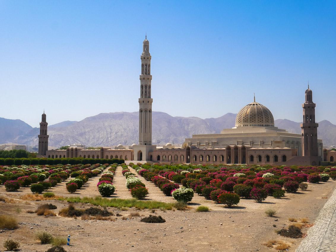Wspaniały meczet Sułtana Qaboosa widać już z powietrza, gdy samolot nadlatuje nad Oman