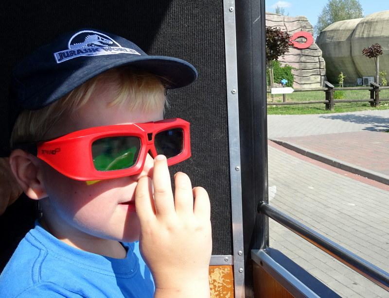 Wili założył specjalne okulary, dzięki którym w Jurapark Krasiejów widzi filmy w 3D