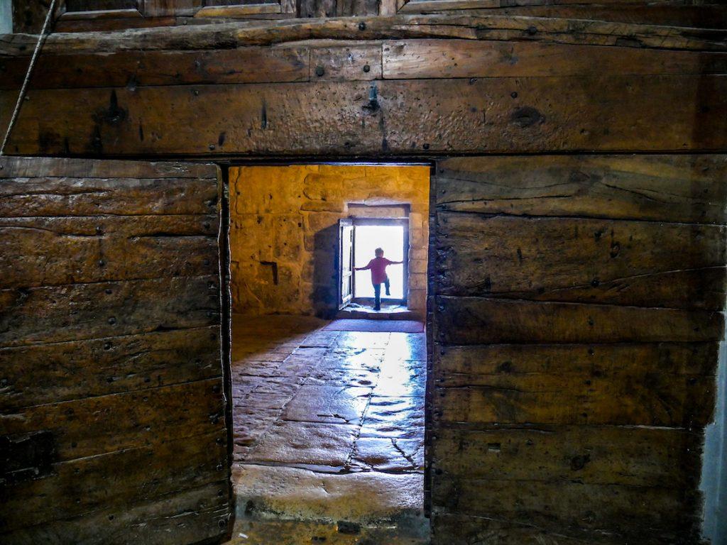 Wili w drzwiach do Bazyliki Narodzenia w Betlejem