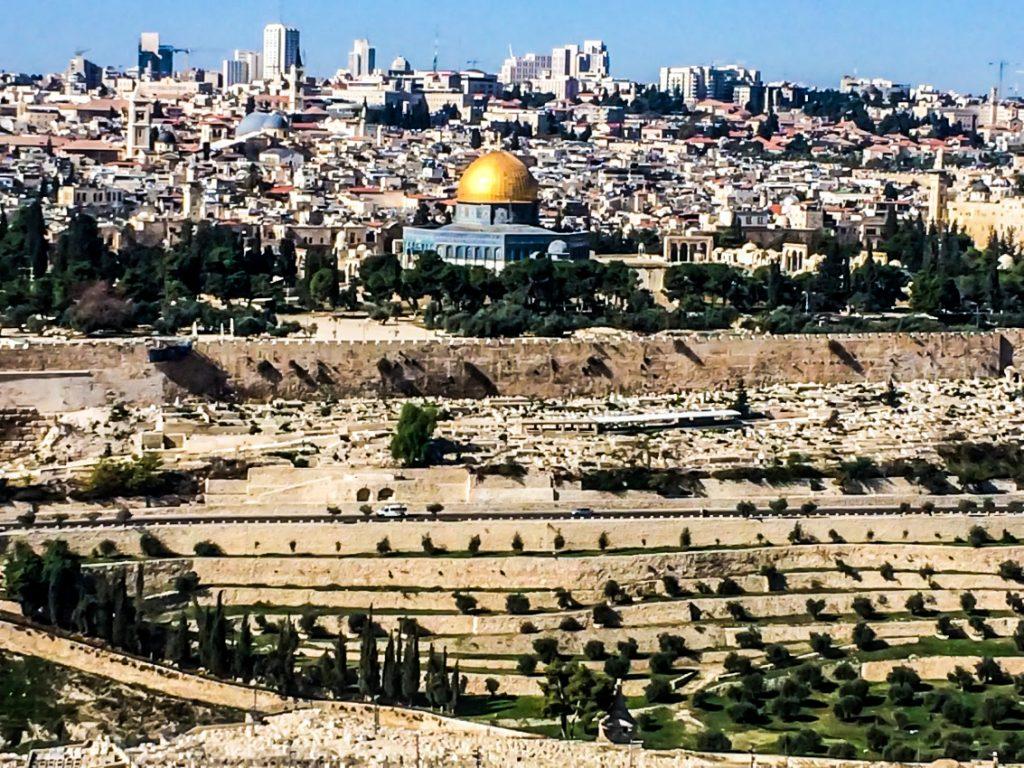 Jerozolima ze szczytu Góry Oliwnej. Złota kopuła to meczet na Wzgórzu Świątynnym.
