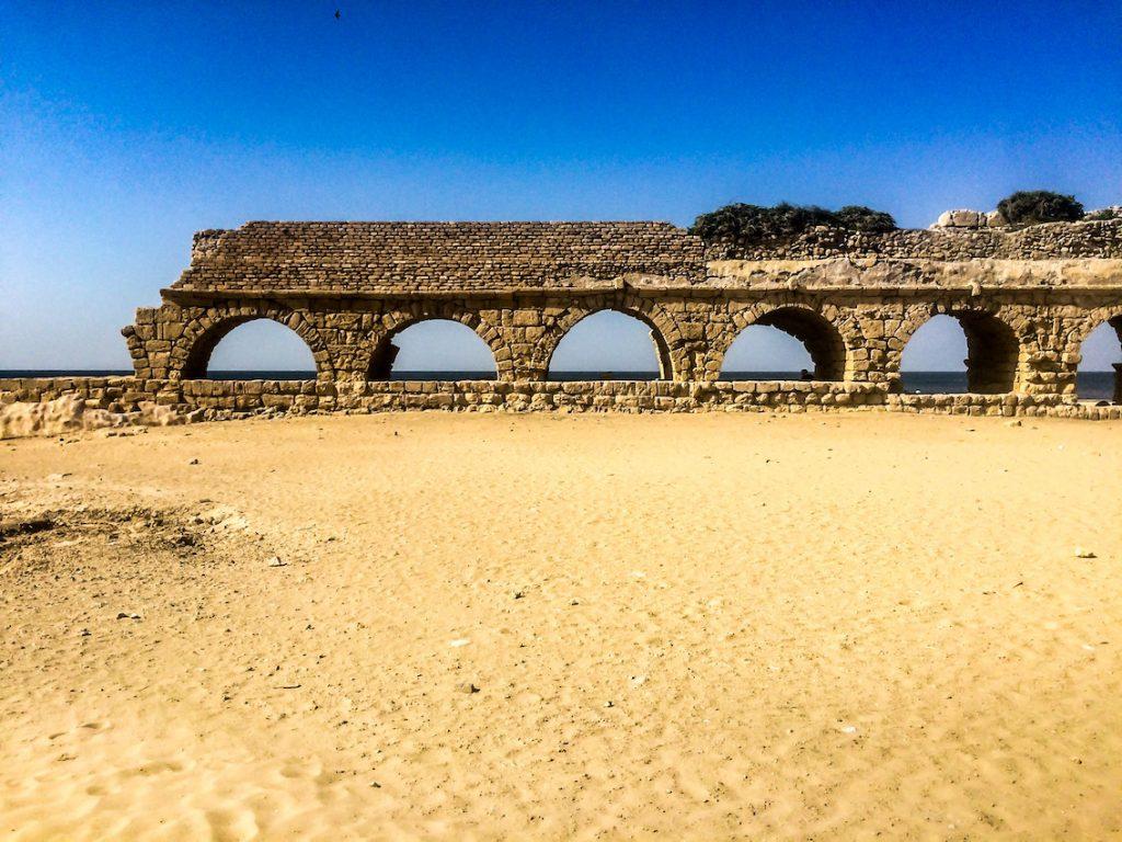 Po pałacu Heroda w Cezarei pozostało niewiele, ale akwedukt wciąż stoi.