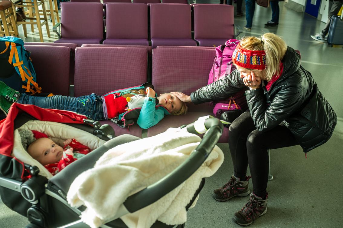 Czekamy na samolot na lotnisku w Manchesterze. Kiedy podróżuje się z dwójką dzieci, trzeba ograniczać bagaż.