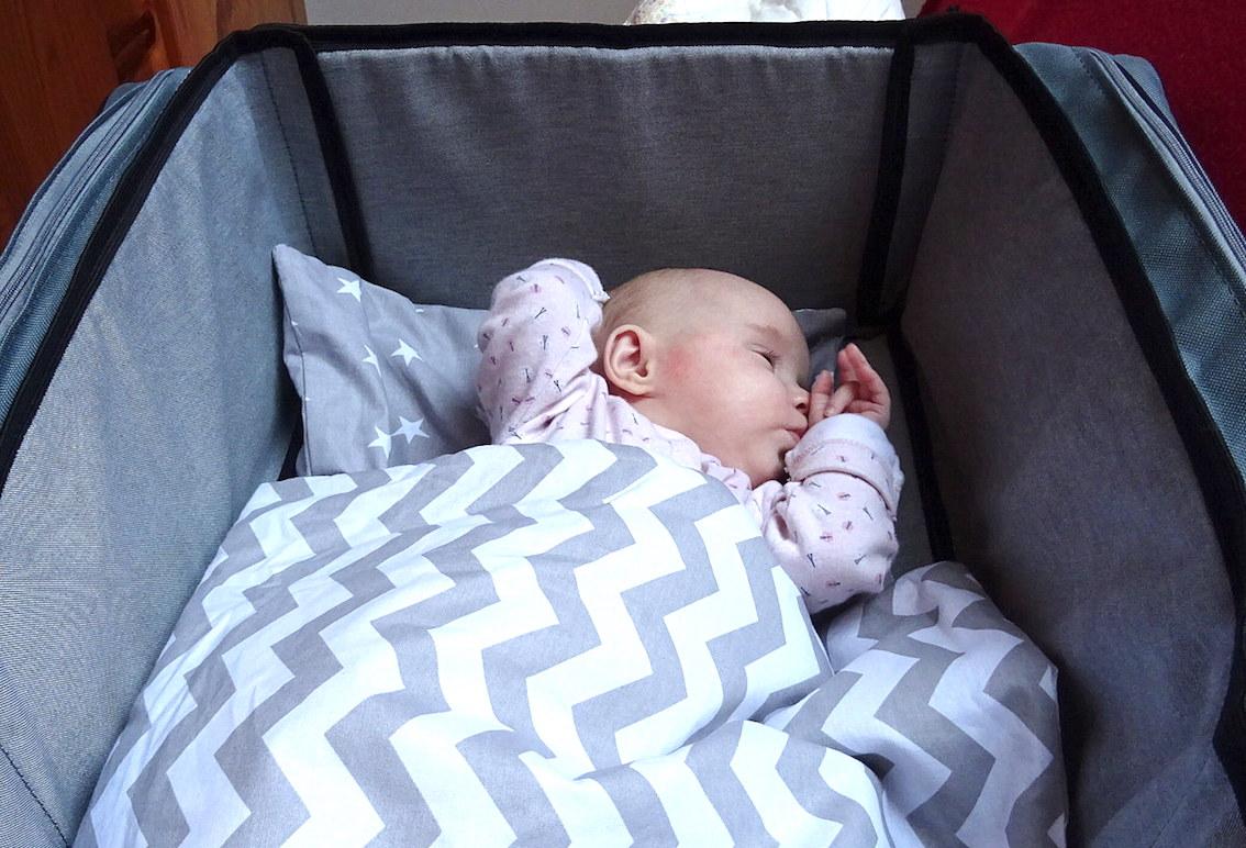 Po rozłożeniu torba Baby Travel zamienia się w przytulne łóżeczko turystyczne.