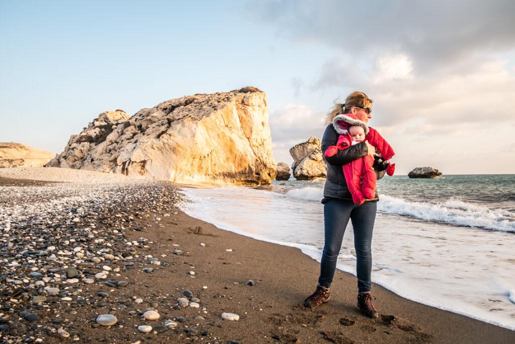 Skała Afrodyty przy plaży, na której szukamy kamieni w kształcie serca
