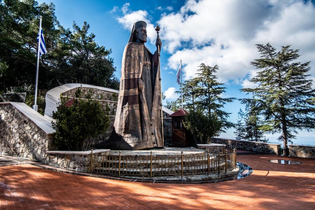 Posąg biskupa Makariosa.