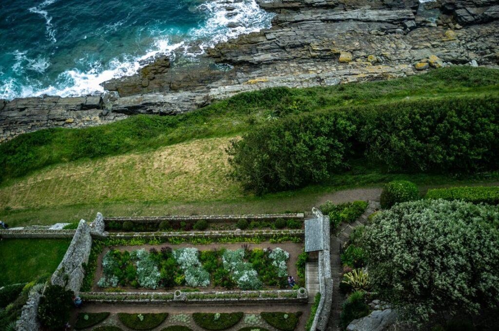 Widok z tarasu na ogrody na klifach.