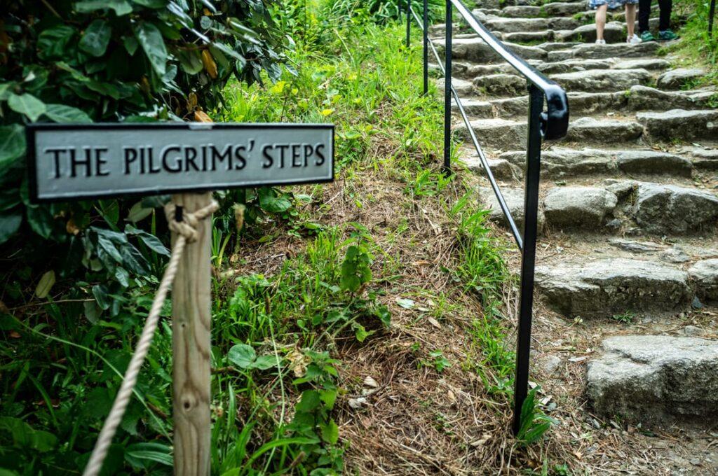 Na górę prowadzą kamienne schody.