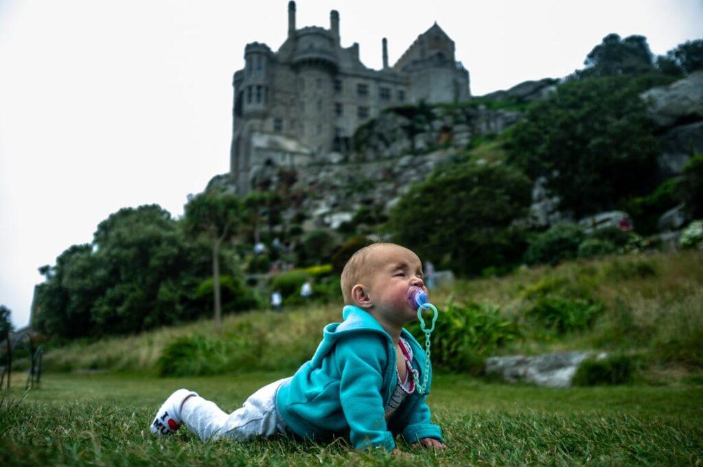 Larka u stóp zamku pełza w ogrodach.
