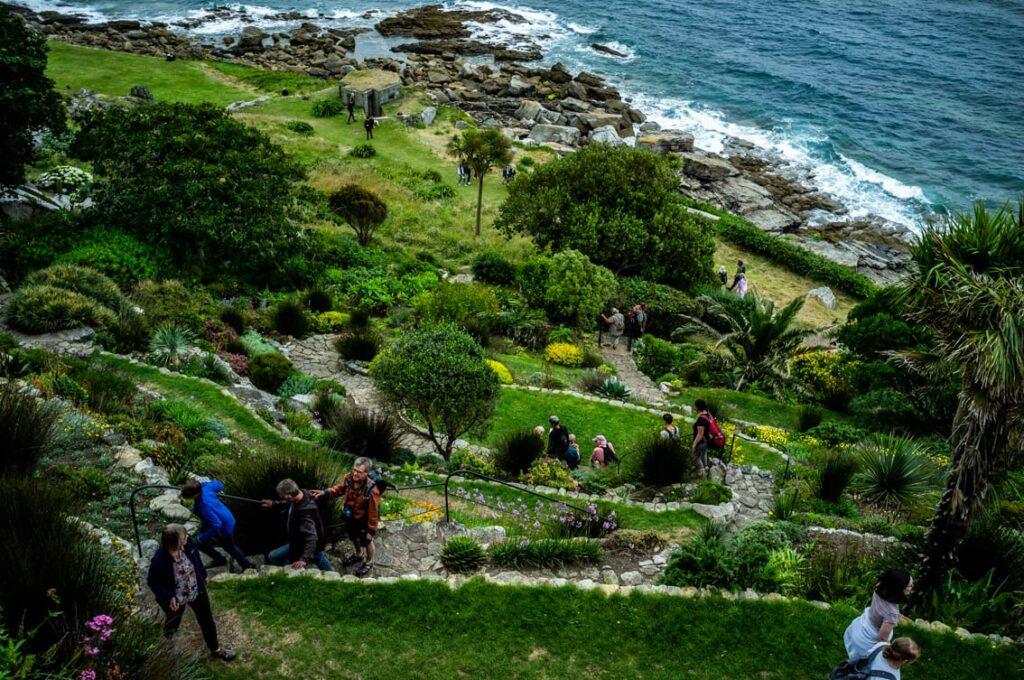 Przepiękne tarasowe ogrody na klifach z egzotyczną roślinnością.