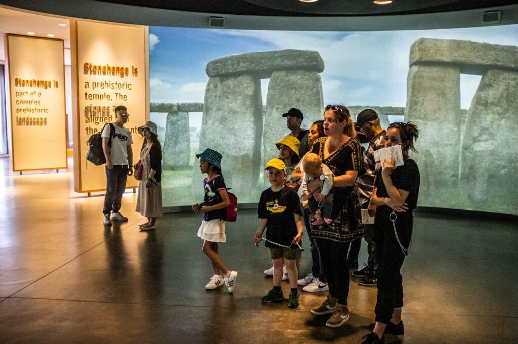 Niesamowita prezentacja multimedialna. Jesteśmy w środku Stonehenge.